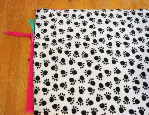 Free Crafting Ideas No Sew Dog or Cat Bed Instructions Image 1